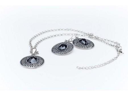 Дамски комплект от колие и обеци,изработен от бижутерска сплав и изкуствени камъни от бижутерска смола,